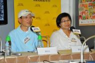(左起) 受金融海嘯影響的湯先生及葉女士到場與新聞界分享他們的個案