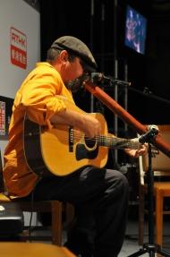 澳洲迪吉里杜管演奏家艾堅斯。
