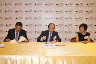 香港電台廣播處長黃華麒先生(中)及國家地理頻道(亞洲)首席行政總裁簡樹賢先生(左)與其中一位勝出者簽約。
