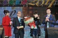 助理廣播處長(電台)戴健文公佈「第三十三屆十大中文金曲—優秀流行歌手大獎」得主之一G.E.M.