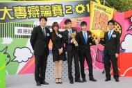 冠軍隊香港科技大學接受潘兆童(左一)頒發獎盃及勝利錦旗