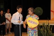 羅蘭化身同行者,帶領弱勢社群代表 - 香港失明人士協進會會長莊陳有走過「愛心小徑」。