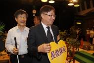另一位同行者 - 安老事務委員會主席陳章明教授,接力帶領莊陳有走過「愛心小徑」。