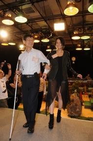 最後莊陳有帶領閉上眼睛的謝安琪上台,代表受助者得到幫助後,也可變成同行者去幫助別人。