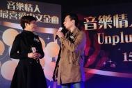 張國強、劉雅麗破天荒合唱《人在旅途灑淚時》,令人耳目一新