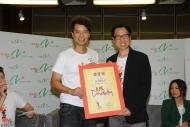 香港電台第二台節目總監馮偉棠頒發「太陽Daddy」委任狀予李克勤